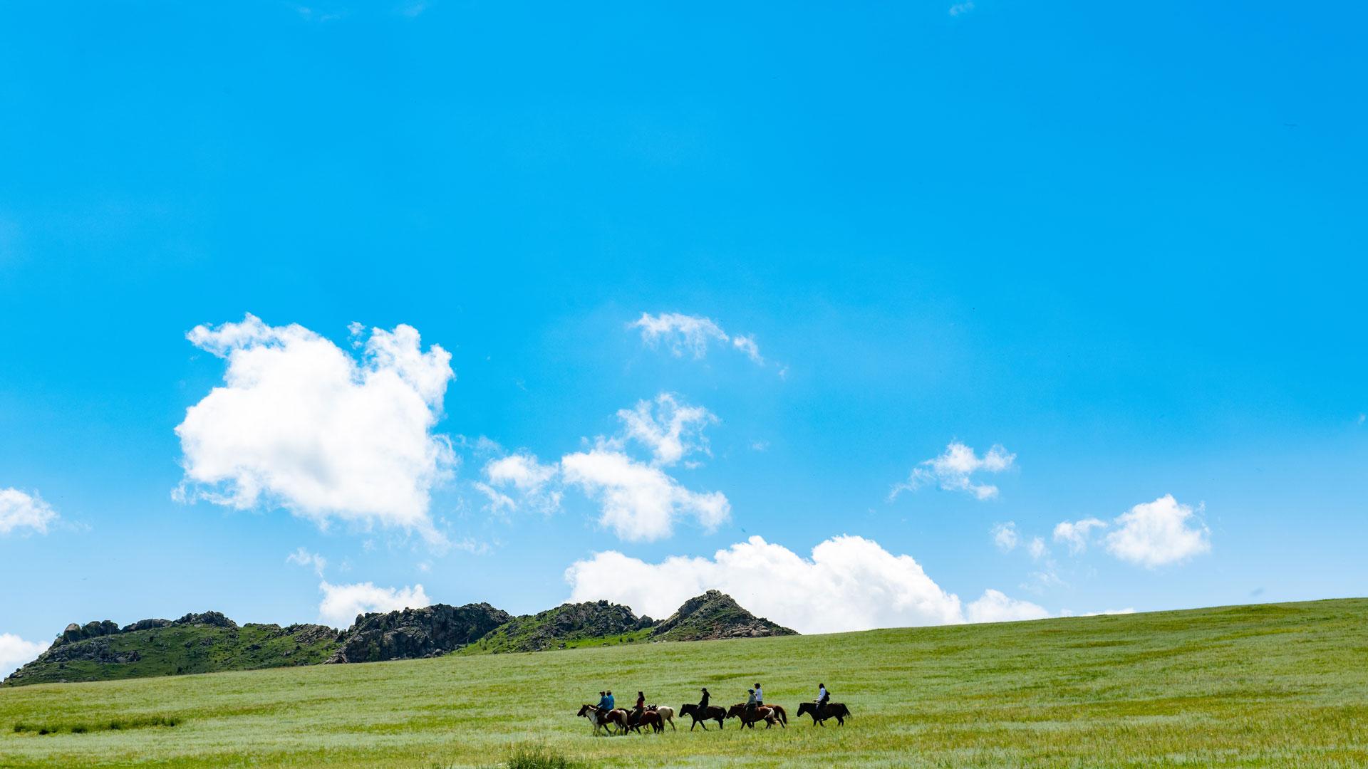 モンゴル高原と青空