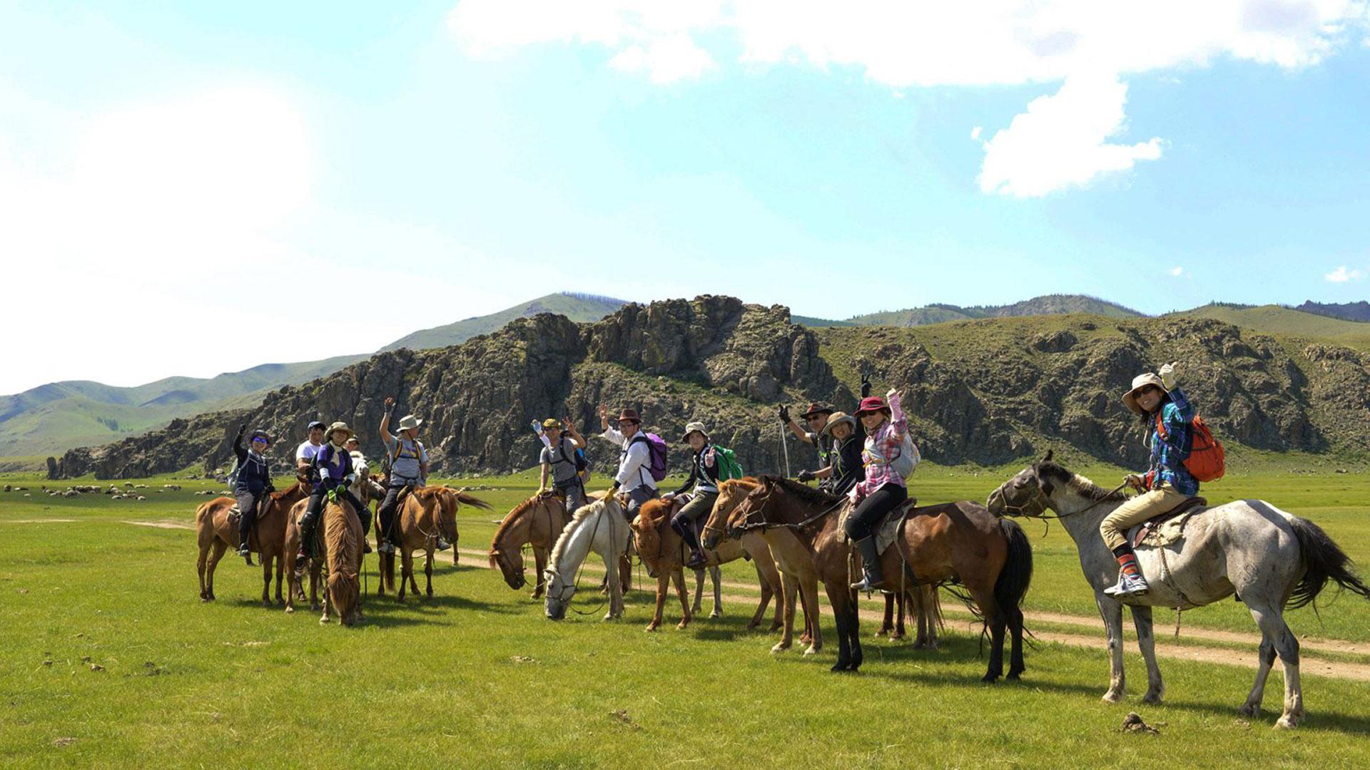 モンゴル高原で乗馬中の参加者