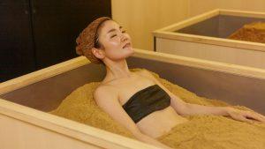 温熱木浴に入浴中の女性