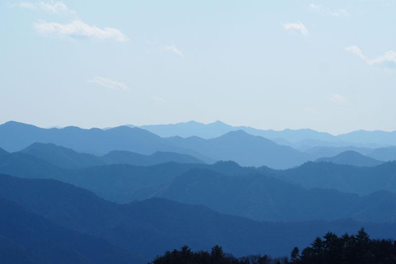 早朝の山々