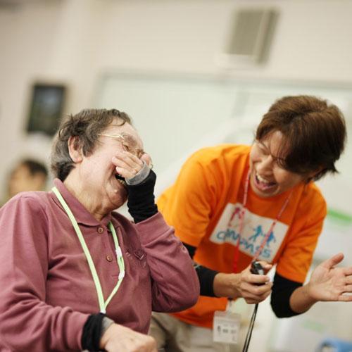 介護事業:笑顔のスタッフと入居者