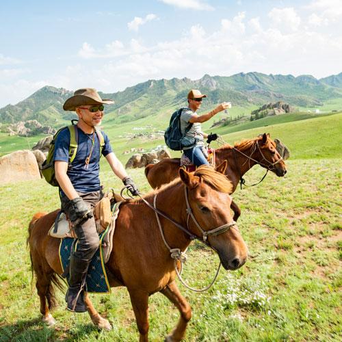 学び事業:乗馬中の参加者